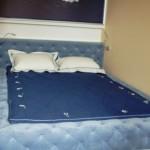 Текстиль для двухспальной кровати: синее покрывало, белые подушки. Изготовлено под заказ салоном штор Декория
