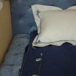 Декоративные подушки белые в сочетании с синим покрывалом от салона штор и ателье Декория в Челябинске