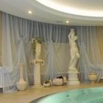 Нежные белые шторы в классическом стиле от салона штор декория