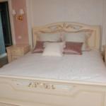 Декоративные подушки и покрывала в светлых тонах для классической спальни в Челябинске от салона штор и ателье Декория