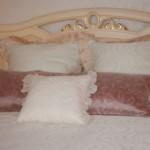 Контрастные декоративные подушки, с нежным кружевом и узорами от салона Декория в Челябинске