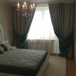 Темные плотные шторы и белый тюль для спальни в классическом стиле от салона штор Декория