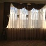 Классические темные шторы с ламбрекеном и светлым тюлем от салона Декория