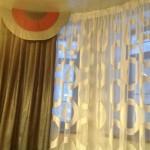 Удивительная гармония штор и общего интерьера гостиной, созданная салоном штор и ателье Декория