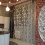 Необычный белый тюль с декоративной теневой шторой болотного цвета, сделанные на заказ салоном штор Декория для современного интерьера