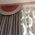 Полукруглый ламбрекен, изготовленный под современный интерьер коттеджа, пошив от салона штор Декория