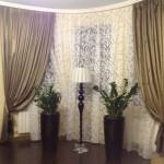 Золотистые роскошные шторы в классическом стиле для гостинной от салона штор Декория