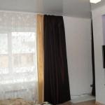 Двухцветные шторы - молочного и коричневого цветов, с классическим белым тюлем, под заказ к интерьеру в современном стиле от салона штор Декория