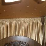Золотой балдахин в спальне от салона штор и ателье Декория