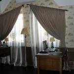 Классические бежевые шторы для кабинета под заказ в Челябинске от салона Декория