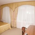 Шторы в классическом стиле на заказ для спальни в светлых тонах от салона штор Декория