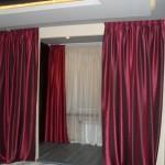 Яркие теневые шторы, вишневого цвета, из струящейся блестящей ткани, под заказ от салона штор Декория