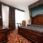 Роскошный текстиль - шторы, балдахин, покрывало, подушки, для номера отеля Nesselbeck Калининград от салона штор Декория
