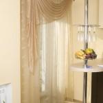 Светлые шторы с легким ламбрекеном для кухни от салона штор Декория