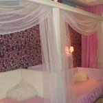 Легкий белый балдахин над кроватями девочек в детской, изготовленный под заказ салоном штор Декория