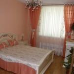 Занавески, теневые розовые шторы, покрывала и подушки. под современный дизайн спальни, изготовлены салоном штор Декория