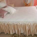 Декоративное покрывало и подушки, изготовленные в классическом стиле, под заказ от салона штор Декория
