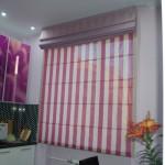 Шторы полосатой расцветки, пошитые в римском стиле, от салона штор и ателье Декория